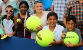 Young tennis fans waiting for autographs at Billie Jean King National Tennis Center — Stockfoto