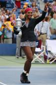 Eighteen times Grand Slam champion and US Open 2014 champion Serena Williams holding US Open trophy during trophy presentation — Stok fotoğraf