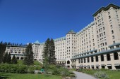 View of the famous Fairmont Chateau Lake Louise Hotel — Stock Photo