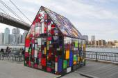 Stained glass sculpture by Tom Fruin under Brooklyn Bridge — Stock Photo