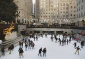 Lower Plaza of Rockefeller Center with ice-skating rink and Christmas tree in Midtown Manhattan — Stock Photo