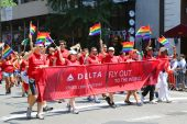 Delta Airlines LGBT Pride Parade participants in New York City — Stockfoto