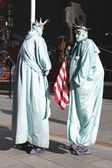 Only in New York. Unidentified street performers dressed as a Statue of Liberty at Times Square in Midtown Manhattan — Foto de Stock