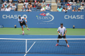 Grand Slam champions Mike and Bob Bryan during US Open 2014 round 3 doubles match — Stock Photo