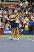 US Open 2014 women doubles champions Ekaterina Makarova and Elena Vesnina celebrate victory — Stock Photo