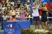 US Open 2014 women doubles champions Ekaterina Makarova and Elena Vesnina during trophy presentation — Stock Photo
