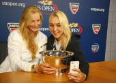 US Open 2014 women doubles champions Ekaterina Makarova and Elena Vesnina taking selfie during press conference — Stock Photo