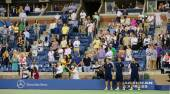 Spectators standing at Arthur Ashe Stadium for American anthem performance during US Open 2014 night session — Stock Photo