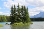 Mountain lake in Alberta, Canada — Stock Photo