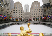 Statue of Prometheus and ice-skating rink at the Lower Plaza of Rockefeller Center — Stock Photo