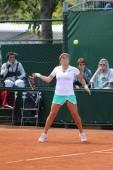 Профессиональный игрок в теннис Ирина Фалькони Соединенных Штатов в действии во время ее третьего раунда матча на Ролан Гаррос 2015 — Стоковое фото