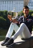 Veces diez Grand Slam campeón Novak Djokovic posando en el Parque Central con el trofeo de Campeonato — Foto de Stock