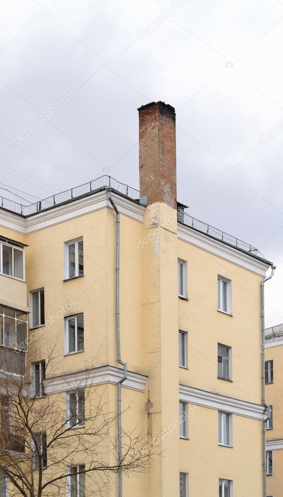 antigua casa de pueblo construida en la dcada de vlido de la chimenea la parte superior del tubo est cubierta de holln u foto de chetverti