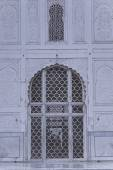 Arch with carved marble window, Mughal style at the Bibi-ka-Maqb — Stock Photo