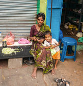 THANJAVOUR, INDIA - FEBRUARY 14: An unidentified woman with chil — Stock Photo