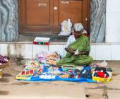 An unidentified Indian woman sells haberdashery sitting on the p — Stock Photo