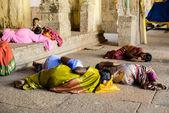 Мадурай, Индия - 16 февраля: Неопознанный паломников и ребенок — Стоковое фото
