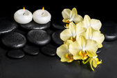 Beautiful spa setting of yellow orchid phalaenopsis and candles  — Stock Photo