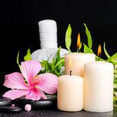 Настройка спа цветок гибискуса, бамбуковый прутик, тайский травяной ко — Стоковое фото