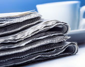 Several pieces of newspaper on a table — Stockfoto