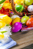 Los tulipanes y los huevos de pascua pastel — Foto de Stock