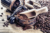 Coffee, coffee beans, ground coffee and antique grinder — Stock Photo