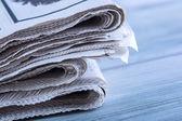 Jornais dobrados e empilhados em cima da mesa — Fotografia Stock