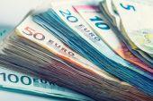 値によって積み重ねられたいくつかの 100 ユーロ紙幣 — ストック写真