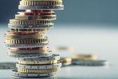 欧元硬币。欧元的钱。欧元货币。在不同位置上彼此堆叠的硬币 — 图库照片