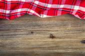 顶视图的方格餐巾木制的桌子上. — 图库照片
