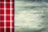 Vista superiore del tovagliolo checkered sulla tavola di legno. — Foto Stock