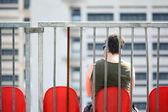 Muž na červené křeslo — Stock fotografie