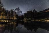 Mount Cervino and Blue Lake in an autumn night — ストック写真
