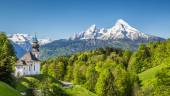 Idyllic mountain landscape with small pilgrimage church in the Alps in springtime — Stock Photo