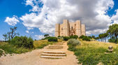Beautiful view of Castel del Monte, the famous castle built in an octagonal shape by the Holy Roman Emperor Frederick II in the 13th century in Apulia, southeast Italy — Stock Photo