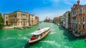 Канал, великий с базиликой di Санта-Мария della, приветствует в Венеции — Стоковое фото