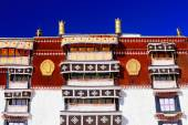 Gilded dhvajas on rooftop. Potala-Lhasa-Tibet. 1390 — Stock Photo