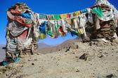 Taş yığınları dua bayrakları. kamba la-tibet. 1527 — Stok fotoğraf