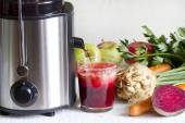 Juicer and juice with fresh fruits and vegetables — Stock Photo