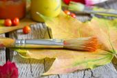 Colors of autumn abstract with paint brush and leaves — 图库照片