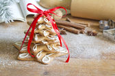 Christmas gingerbread tree on vintage board — Stock Photo