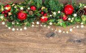 Juldekorationer garland med rött äpple och grön tall kli — Stockfoto