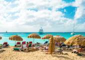 People relaxing on Sunset Beach of St Maarten, Caribbean island — Stock Photo