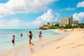 People relaxing on Sunset Beach of Sint Maarten, Caribbean islan — Stock Photo