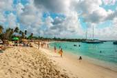 People relaxing on Sunset Beach of St Maarten, Caribbean island — Stock Photo