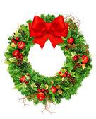 Corona di Natale con nastro rosso arco isolato su bianco — Foto Stock