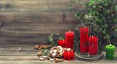 Christmas decoration with red candles and cinnamon cookies — Stock Photo
