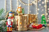Christmas toys with golden lanterns and defocused lights — Foto de Stock