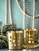 Christmas decoration with golden lanterns and lights — Stock Photo