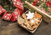 Christbaumschmuck und lebkuchen kekse — Stockfoto